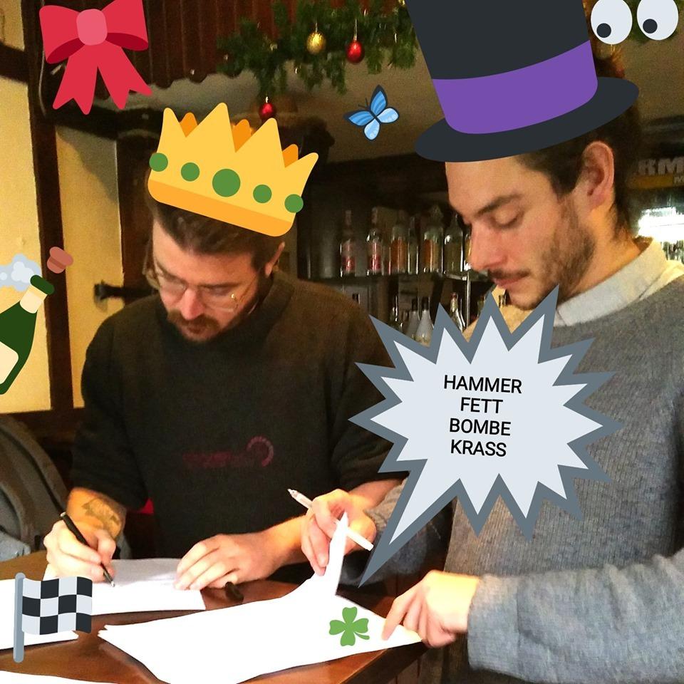 Kai und Jan unterschreiben den Mietvertrag