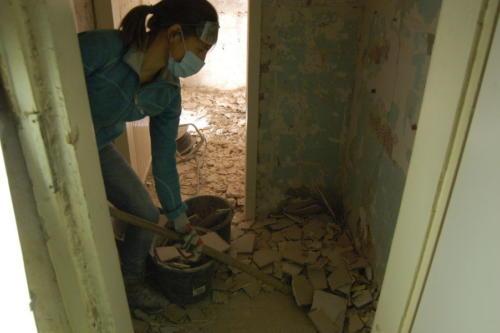 Genossin Chrissie beseitigt Trümmer